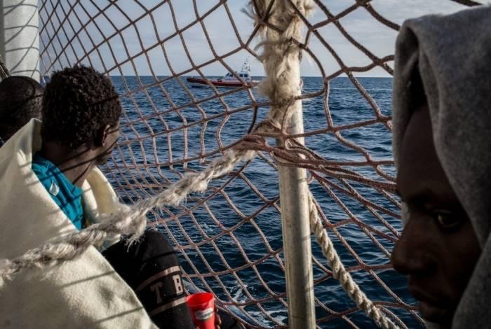 Sea-Watch 3 estava desde sexta-feira em frente ao porto siciliano de Siracusa para se proteger do mau tempo