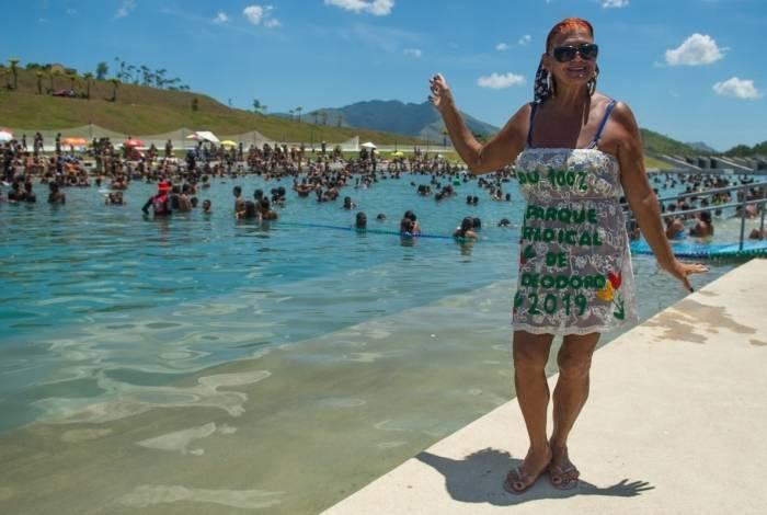 """Kátia Luzia, musa do Parque Radical de Deodoro, é figurinha carimbada na piscina nesta temporada de calorão: """"Aqui, a gente relaxa, come, bebe, é um ambiente bem tranquilo"""""""