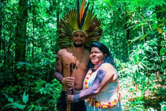 Bruno Gissoni com a líder Sonia Guajajara