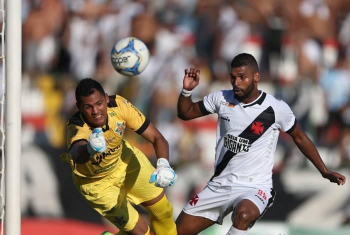 Vasco e Portuguesa jogaram sob forte calor em Bangu