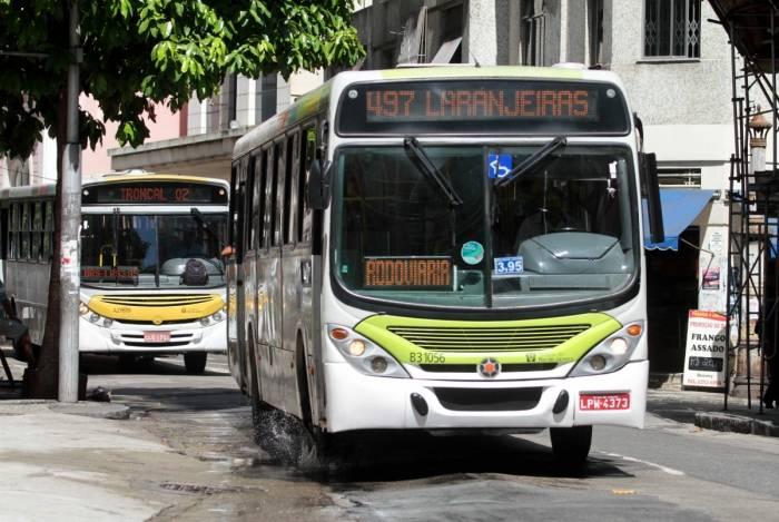 Prefeito do Rio, Marcelo Crivella, determina que todos os assentos de transportes públicos do município. Multa para quem desobedecer é de R$ 100