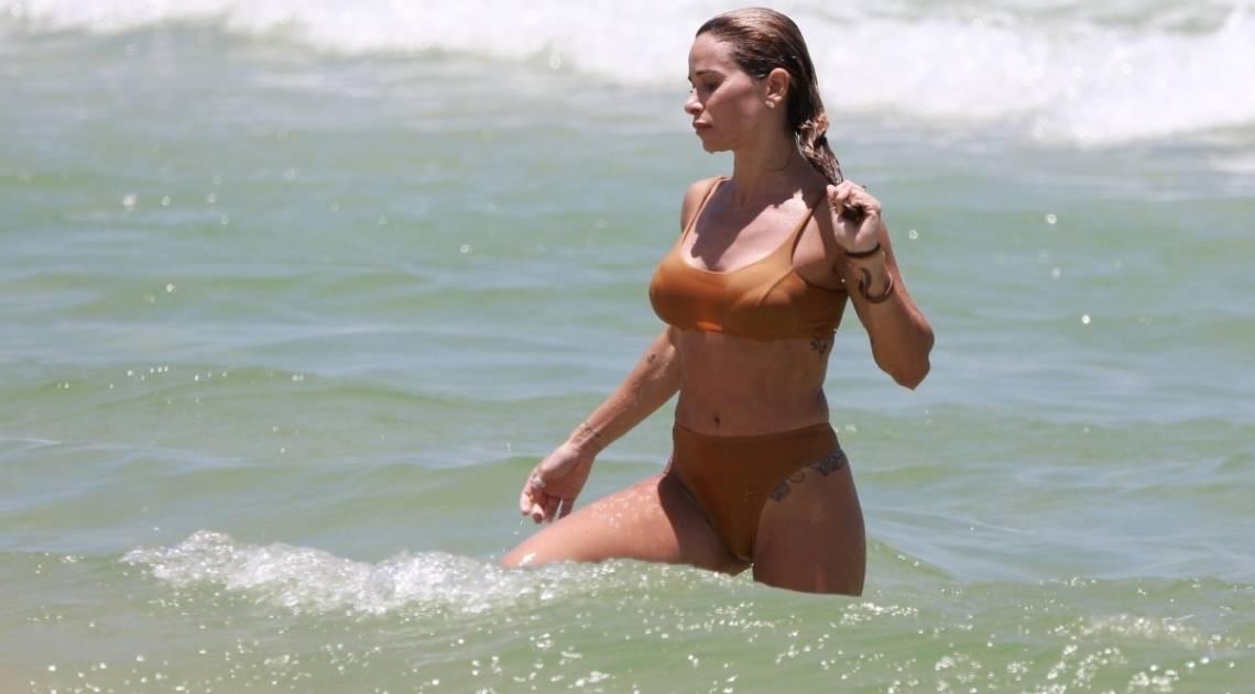 Dany Bananinha curte dia de praia na Barra da Tijuca