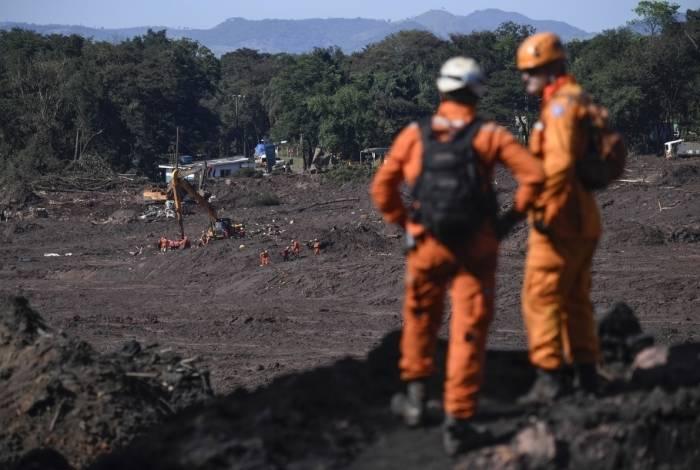 Bombeiros em raro momento de descanso da procura por corpos
