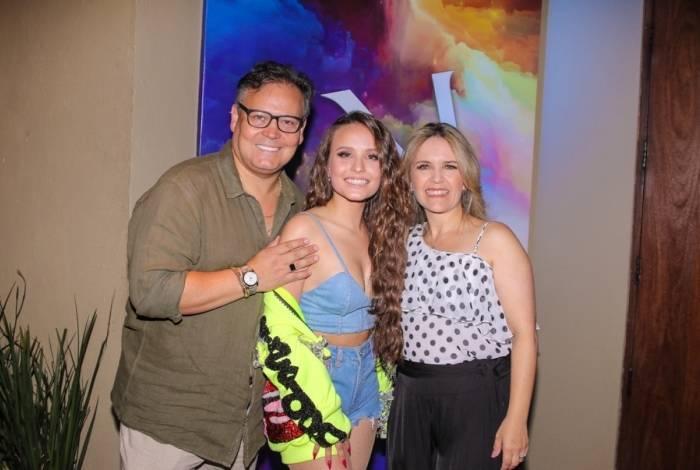 Larissa Manoela posa com os pais, Silvana Taques e Gilberto Elias