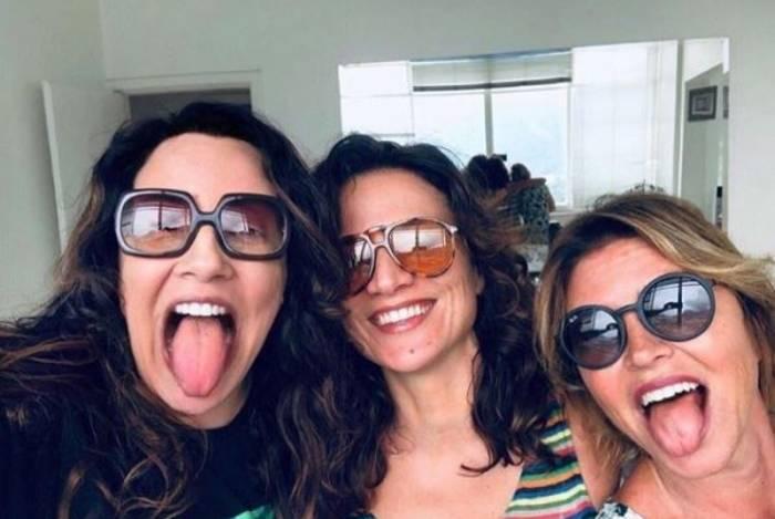 Ana Carolina ao lado de Chiara Civello e amiga