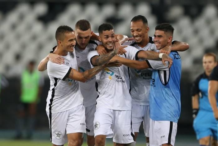 Jogadores do Resende festejam gol na importante vitória sobre o Botafogo: time quer repetir feito de 2009