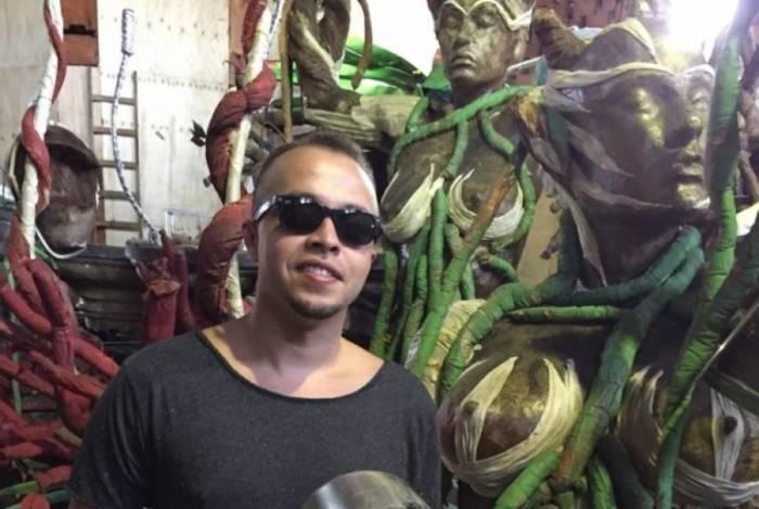 Carnavalesco Marcus Ferreira conta que utensílios serão usados no carro alegórico 'Bacia das almas'