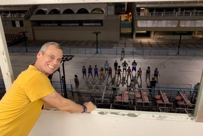 Componentes ensaiam durante a noite no Sambódromo sob supervisão de Carlinhos