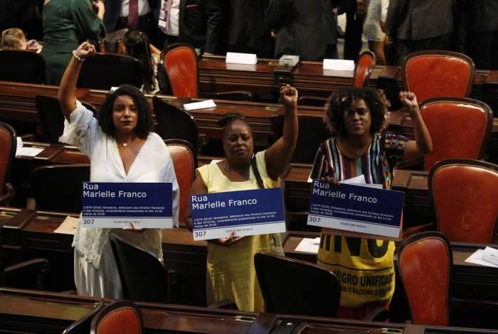 Na cerimônia de posse como deputadas estaduais, Renata Souza, Monica Francisco e Dani Monteiro homenagearam Marielle