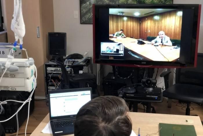 O presidente Jair Bolsonaro faz reunião por vídeoconferência com o Ministro Chefe do Gabinete de Segurança Institucional, General Heleno.