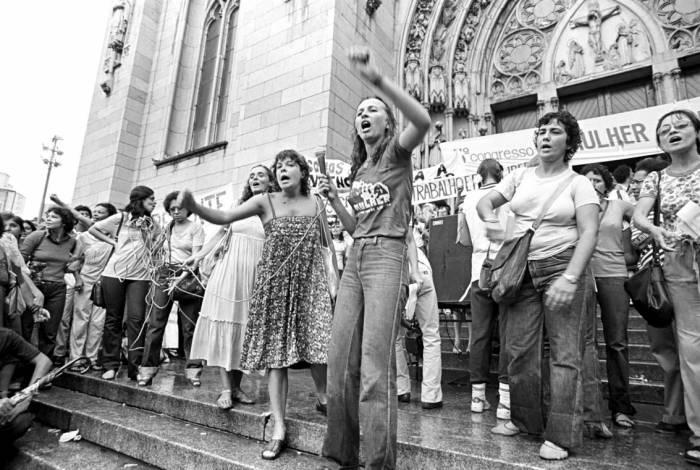 Iara Prado e Schuma Schumaher em manifestação em frente à Igreja da Sé, em São Paulo