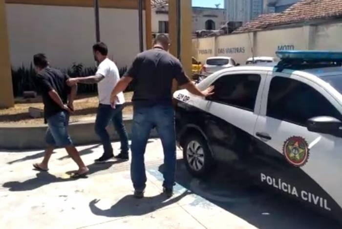 Agentes da Polícia Civil realizando prisão