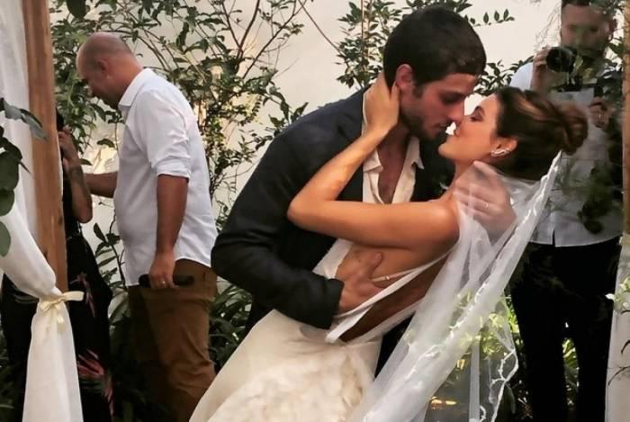 Chay Suede e Laura Neiva se casam em SP