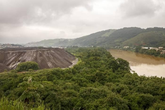 As montanhas de escória da CSN mudaram a paisagem no Brasilândia e em outros seis bairros, onde 15 mil moradores são afetados pelo pó preto do produto diariamente