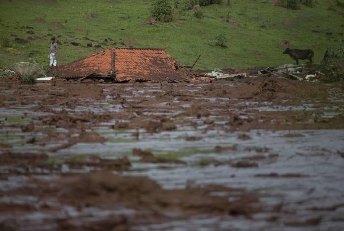 O telhado de uma casa é visto na área atingida pela lama pós o rompimento de uma barragem em uma mina de minério de ferro pertencente à mineradora brasileira Vale