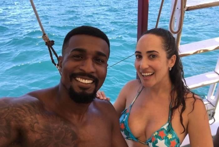 Os agentes encontraram a médica veterinária Paula Patrícia de Melo, de 38 anos, e o namorado Givanilson Valdemir dos Santos, de 26, dentro de um veículo Jeep Renegade