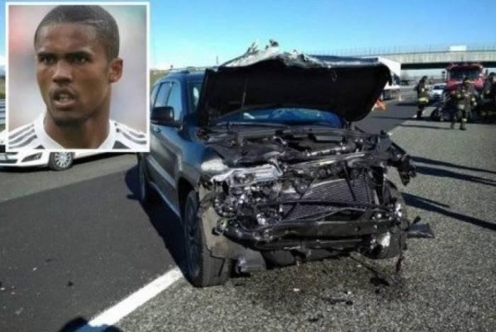 A dianteira do carro de Douglas Costa ficou totalmente destruída