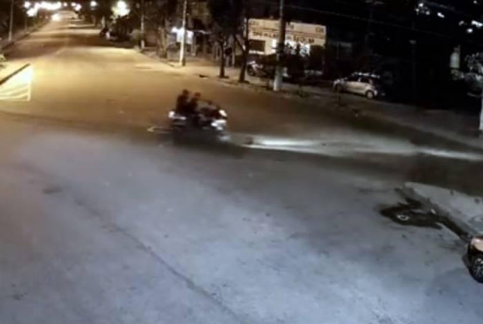 Dois homens em uma moto passam pelo local e um deles faz os disparos