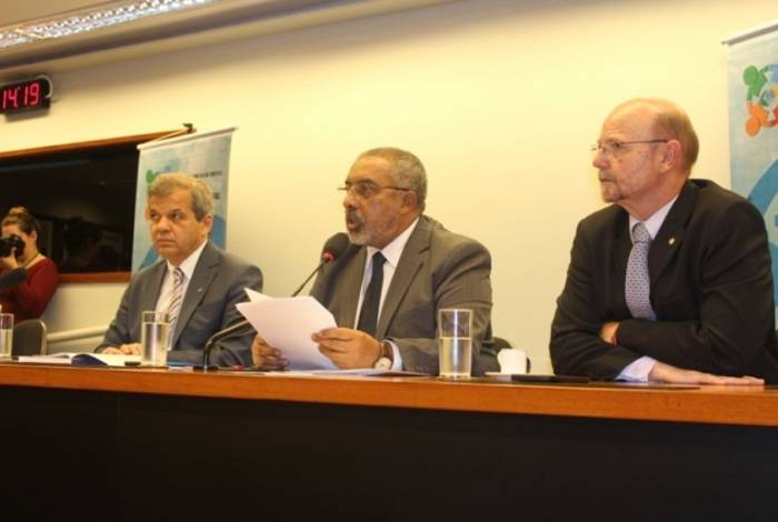 Presidente da Anfip, Floriano de Sá Neto, coordenou reunião, nesta quarta-feira, na Câmara, sobre o relançamento da Frente Parlamentar Mista em Defesa da Previdência.