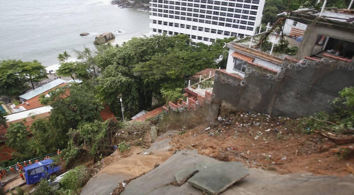 Bombeiros trabalham na retirada de um ônibus que ficou soterrado na Avenida Niemeyer
