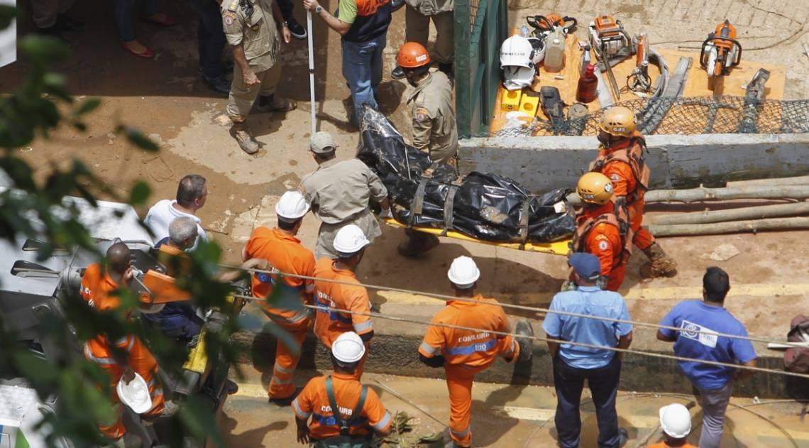 Estragos provocado pela forte chuva de ontem a noite,na estrada Niemeyer uma barreira caiu soterrando dois onibus,retirada dos corpos,  Severino  Silva/ Agencia O Dia
