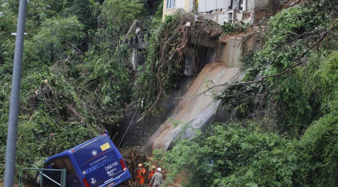 Forte chuva causou deslizamentos, apagões, alagamentos em algumas vias da cidade