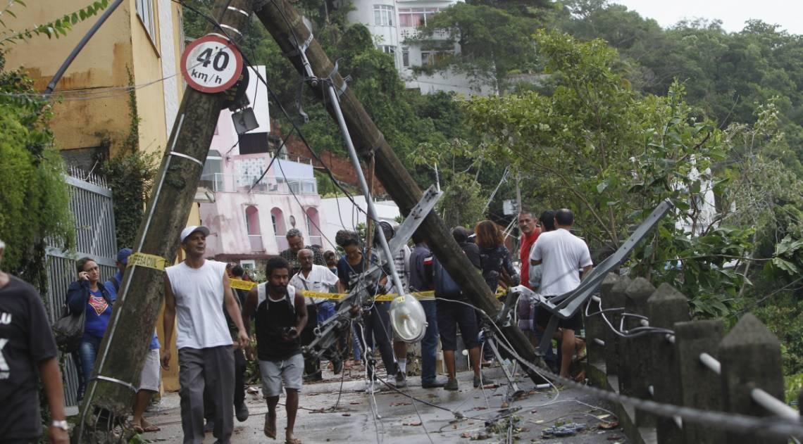 Forte chuva causa deslizamentos, apagões, alagamentos em algumas vias da cidade