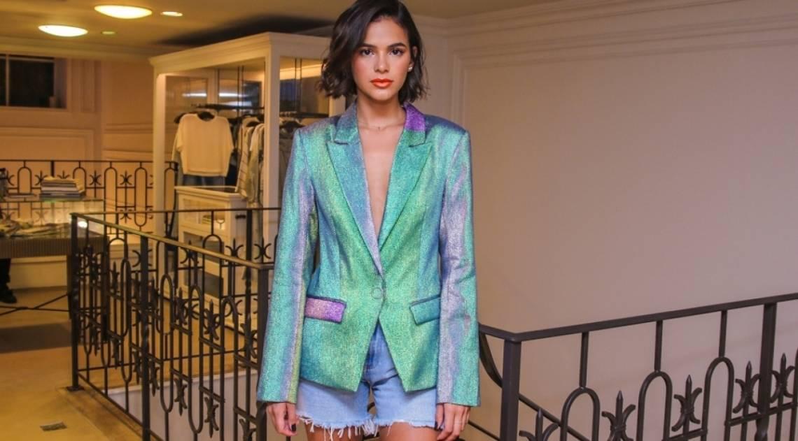 Bruna Marquezine participa de evento de moda com look avaliado em R$ 4 mil