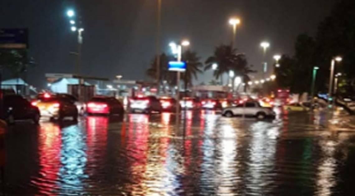 Orla de Copacabana, na Zona Sul, ficou alagada