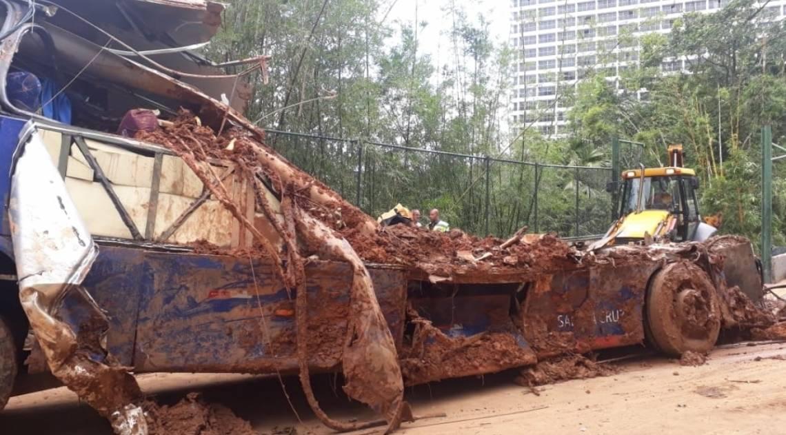 Equipes da CET-Rio tiram a carcaça do ônibus da Avenida Niemeyer, em São Conrado