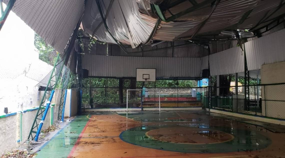 Quadra da Escola Parque, na Gávea, ficou destruída após tempestade