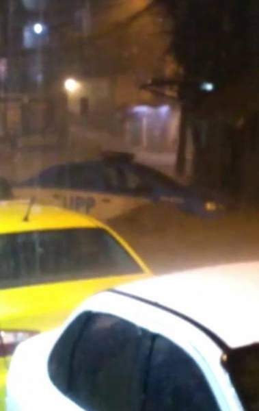 Na Rocinha, carro da UPP foi arrastado pela água