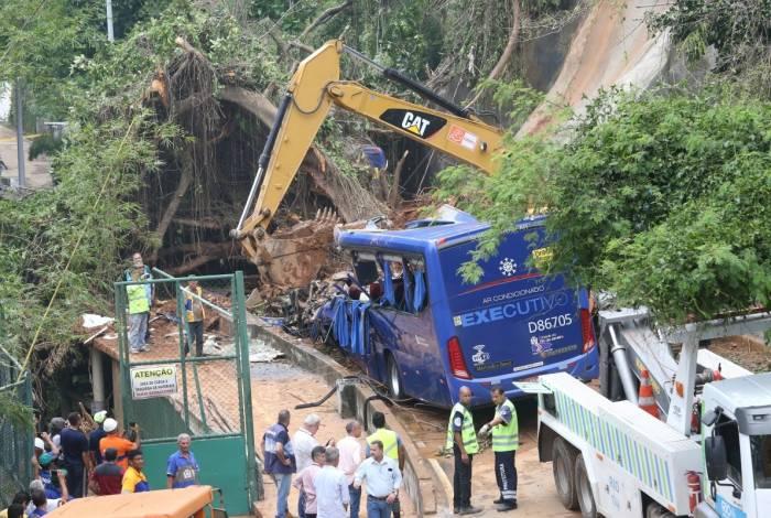 Duas pessoas morreram dentro de ônibus atingido por deslizamento de terra na Avenida Niemeyer, em São Conrado