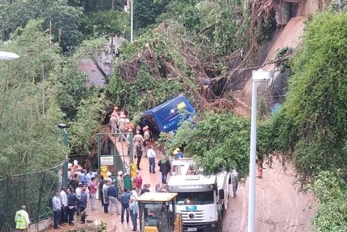 Ônibus atingido por deslizamento na Niemeyer