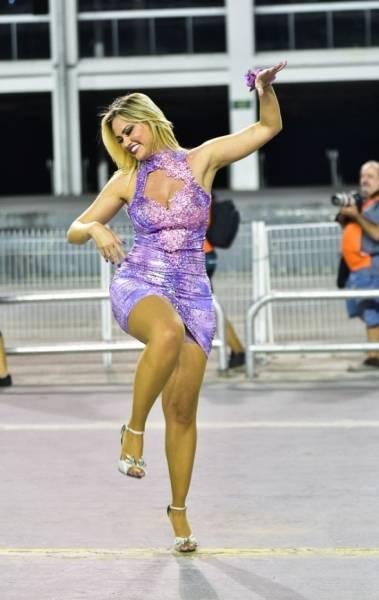Ellen Rocche mostra samba no pé no ensaio técnico da Rosas de Ouro, no sambódromo do Anhembi