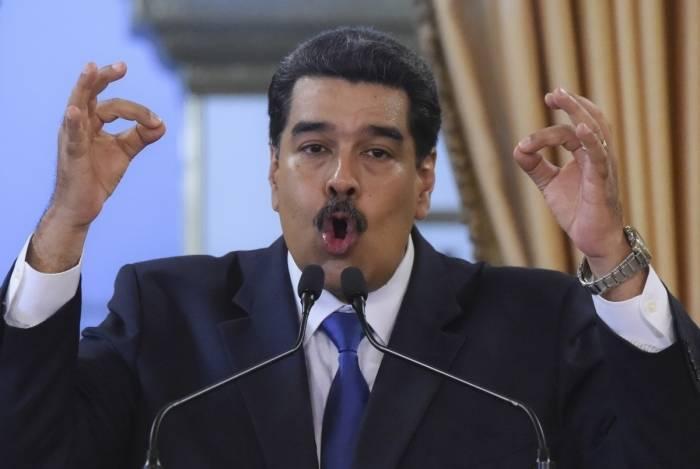 Presidente venezuelano Nicolás Maduro envia blindados à fronteira da Venezuela com o Brasil após determinar fechamento