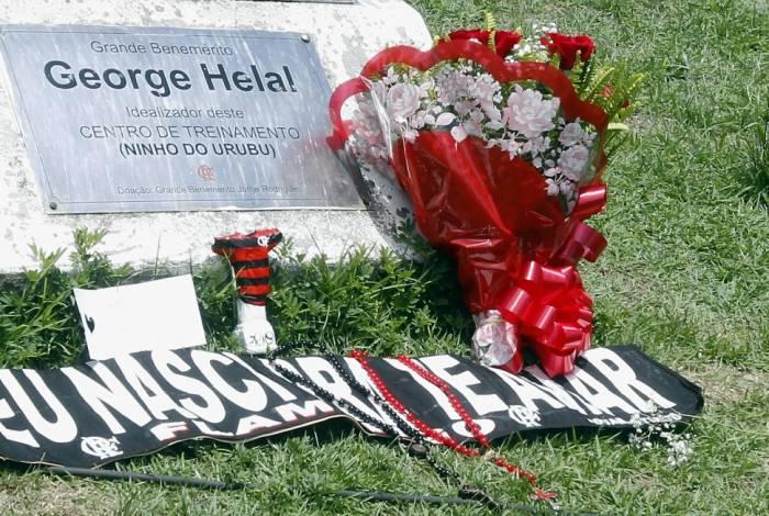 Flores e mensagens foram deixadas na porta do Ninho do Urubu, local da tragédia