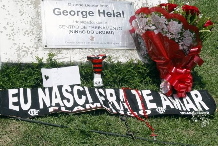 Na porta do CT George Helal, o Ninho do Urubu, a homenagem de torcedores às vítimas da tragédia