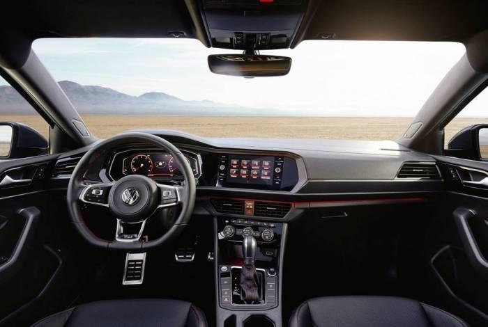 Modelo tem interior exclusivo com toques vermelhos, pedaleiras esportivas e volante igual ao do Golf GTI