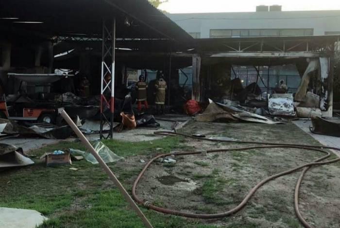 O alojamento atingido pelo fogo se transformou em um amontoado de ferro retorcido e cinzas