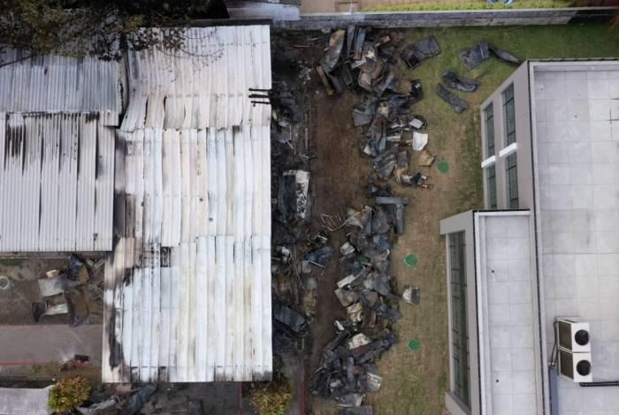 Vista aérea do dormitório do Centro de Treinamento do Ninho do Urubu: destruição e morte