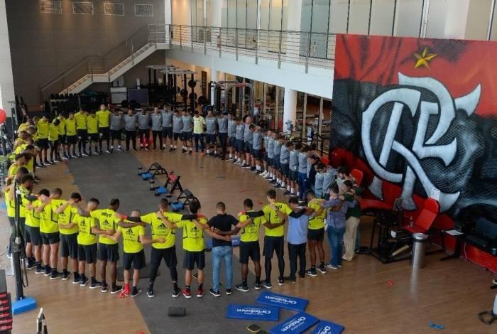 Jogadores e comissão técnica do Flamengo fazem oração no Ninho do Urubu