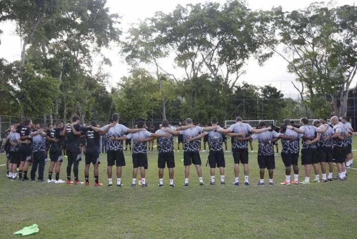 Jogadores e comissão técnica fazem um círculo de oração antes do treino