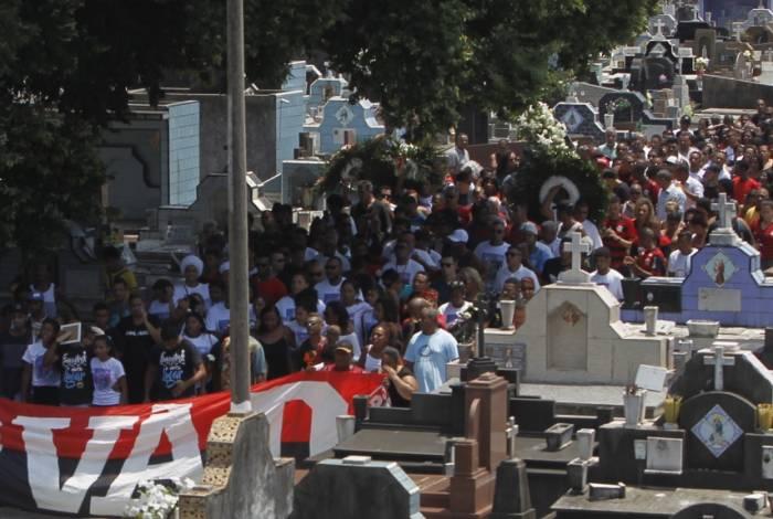 Centenas de pessoas na despedida do jovem goleiro do Ninho do Urubu