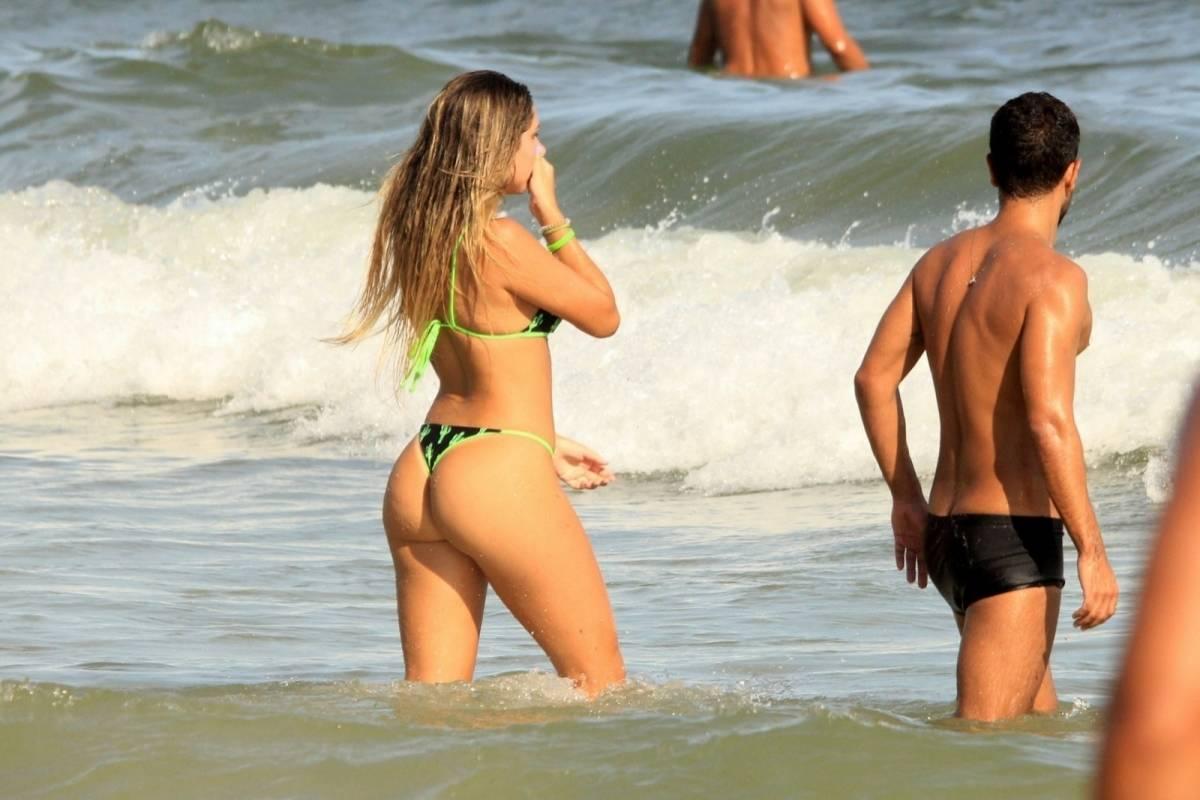 Carol Portaluppi curte domingo de sol na Praia de Ipanema, na Zona Sul do Rio