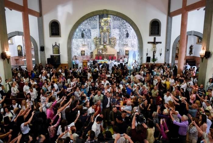O presidente da Assembleia Nacional da Venezuela e autoproclamado presidente em exercício Juan Guaido acena ao sair de uma missa na igreja de Nuestra Señora Guadalupe em Caracas