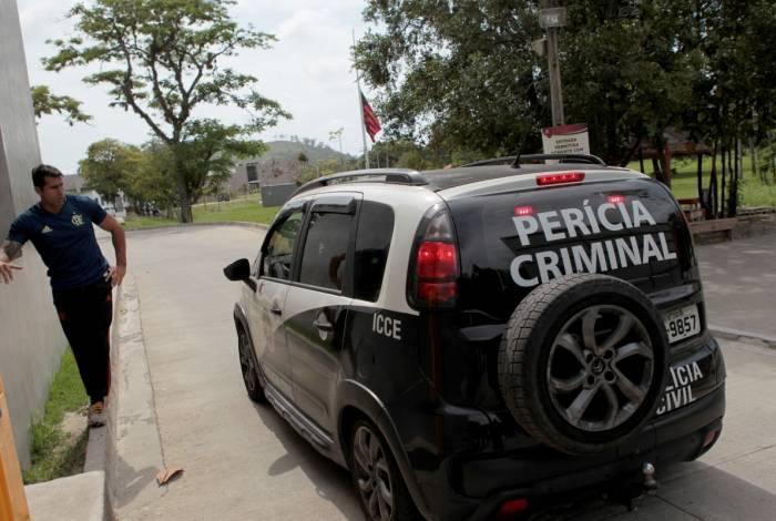 PERÍCIACarro da Polícia Civil chega ao Ninho  do Urubu para dar sequência à investigação