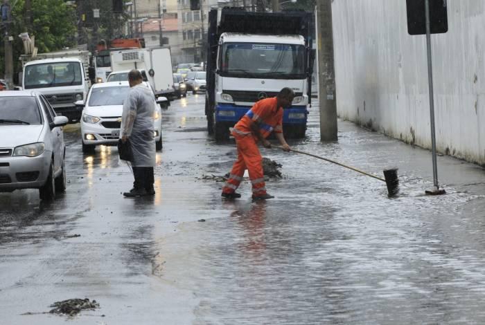 Agente da Comlurb faz limpeza de bueiro em Rua Barão do Bom Retiro, no Engenho Novo