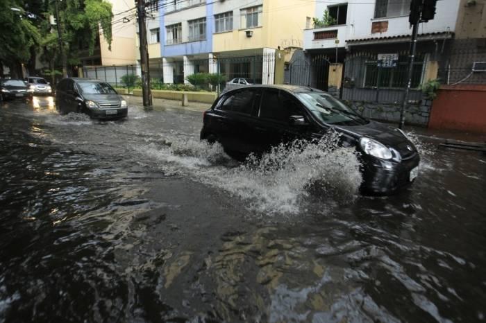 Rua da Tijuca tomada pela água da chuva