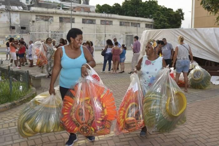 Componentes da escola de samba Unidos de Vila Isabel após a entrega das fantasias
